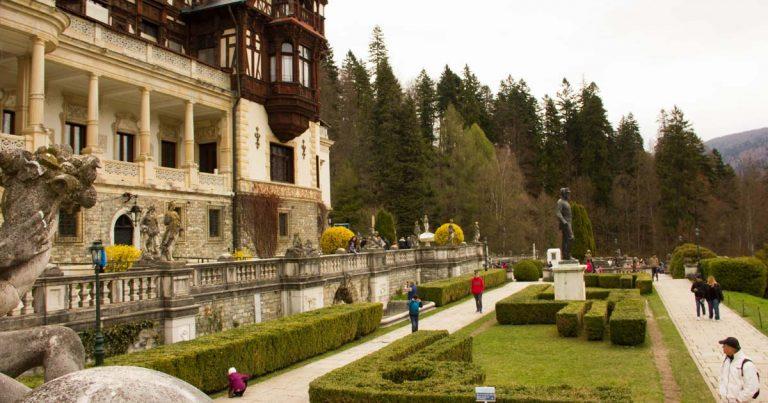Малка част от градината на замъка Пелеш