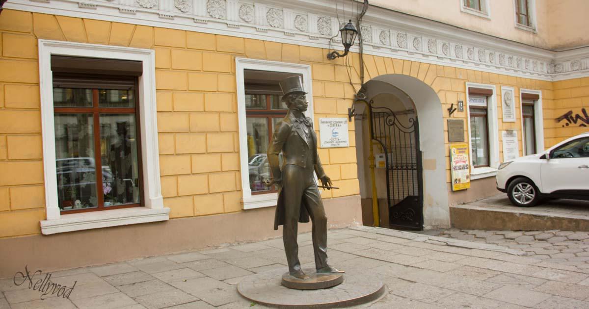 По улица Пушкинска, пред музея на Пушкин