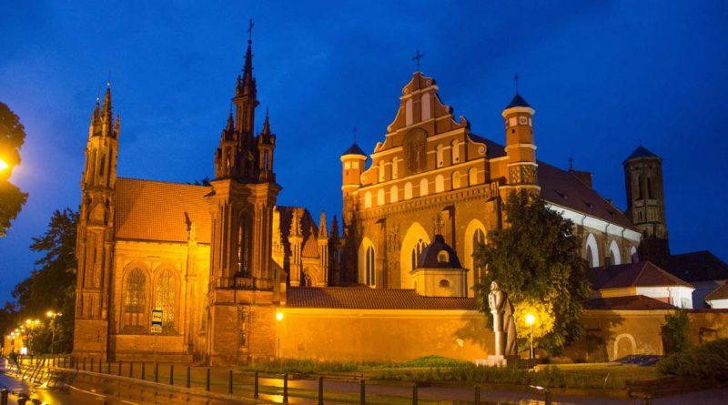 Готическата църква св. Ана през светлата нощ