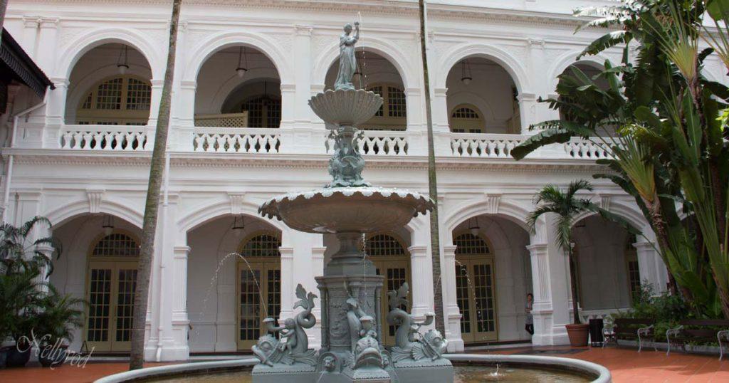 Железният фонтан пред хотел Рафалс