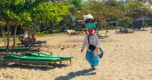 Местна продавачка на плажа в NusaDua
