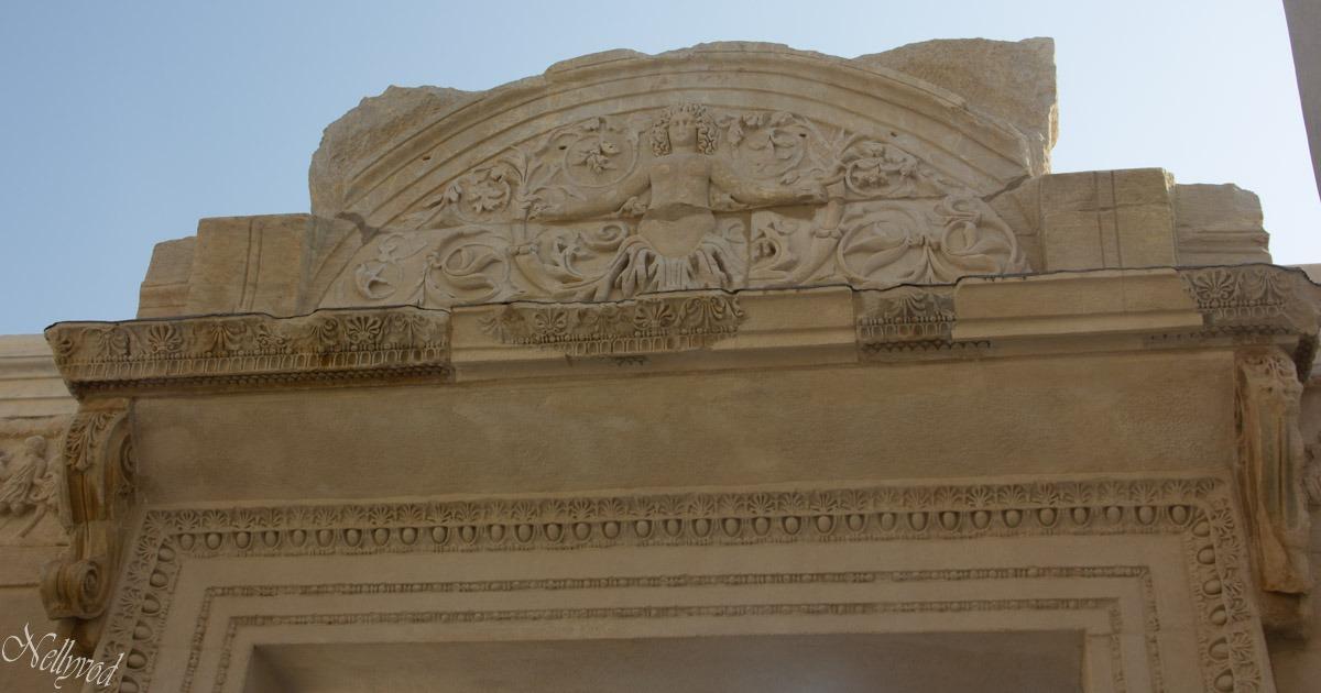 Храмът на богинята , с елементи от река Меандър