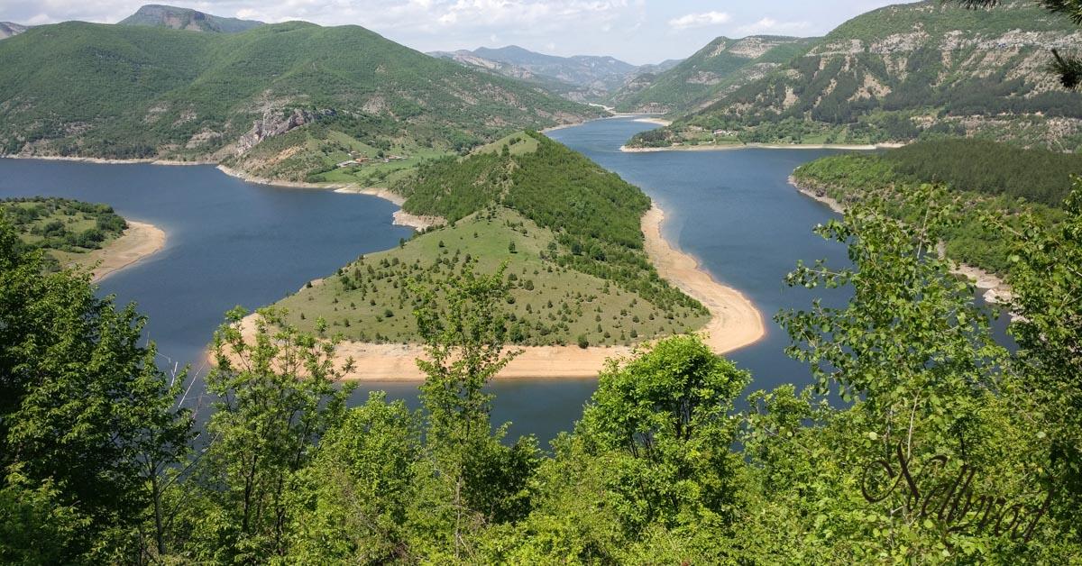 Живописните завой на река Арда в Родопите