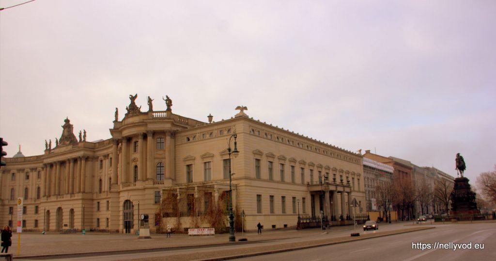 Началото на  Унтер-ден-Линден , статуя на Фридрих Велики