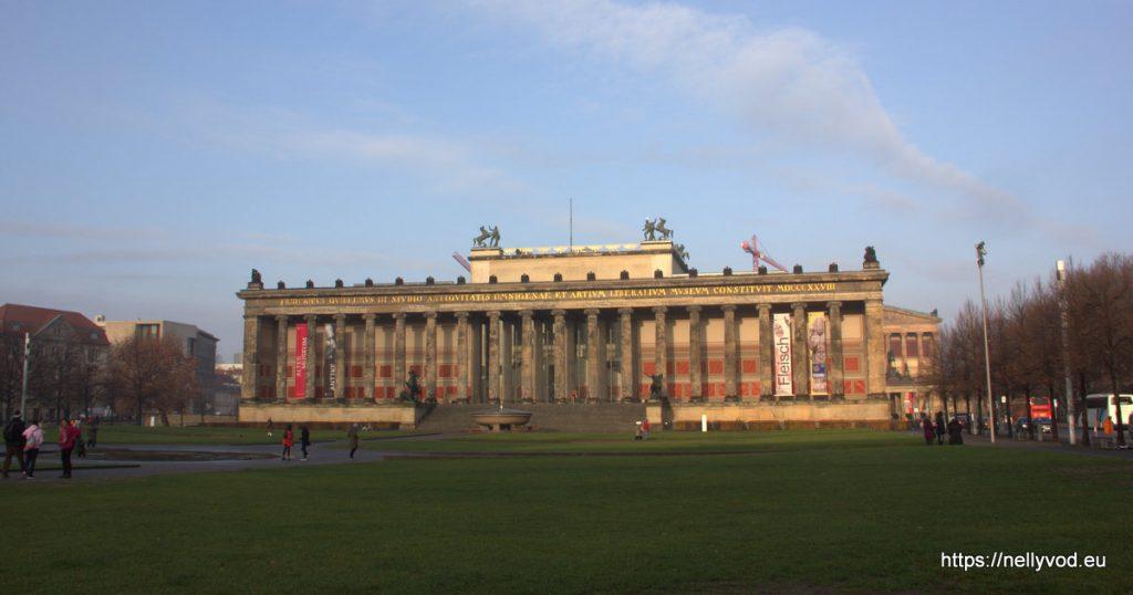 Зелената поляна пред музеят