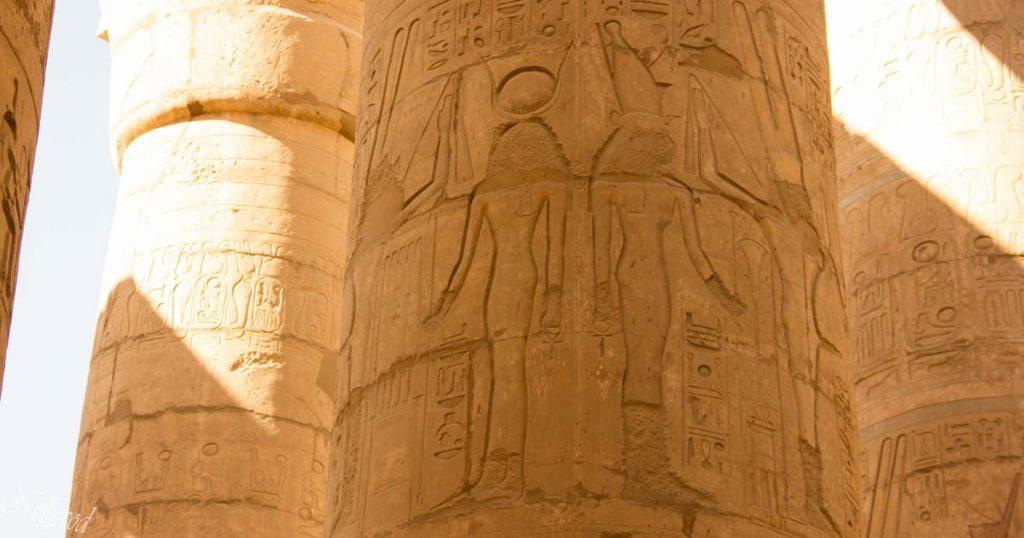 Изображения на бог и фараон върху колона в Хипостилната зала
