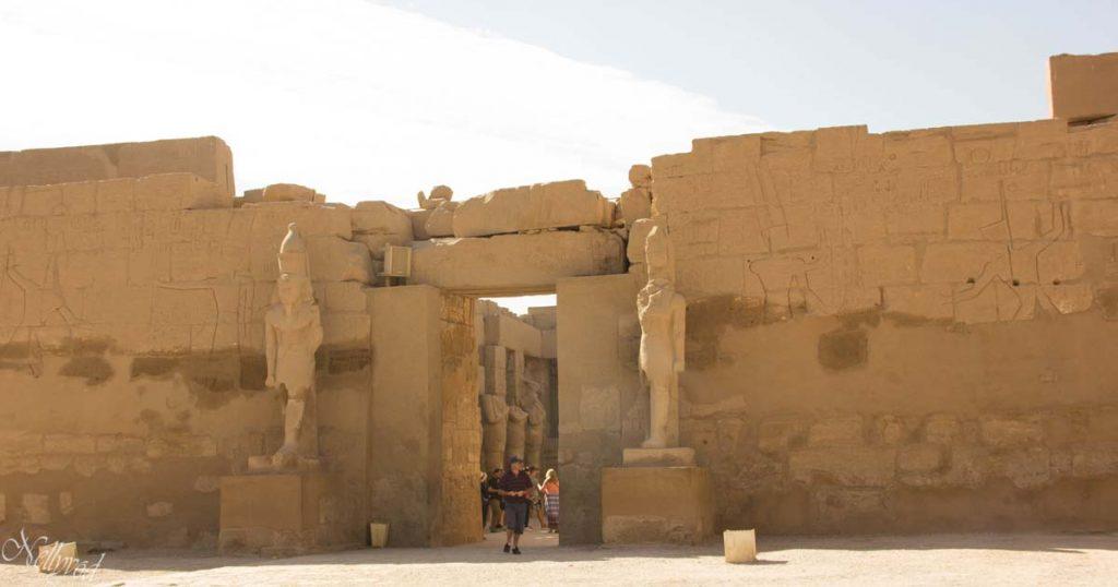 Входът на храм Карнак с двете статуи на Рамзес II